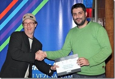 Mark Tuttle urucuje prvu nagradu Vladimiru Kopricu za njegov projekat Interaktivni Bukvar
