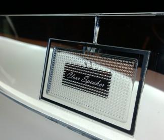Keramički (piezo-film) zvučnici na prednjoj strani unapređuju reprodukciju srednjih i viših tonova i poboljšavaju ukupnu zvučnu sliku surround snimaka.