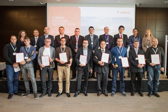 Predstavnici kompanije OSA - Boris Tanackovic, Menadzer prodaje Canon Océ i Aleksandar Dobrijevic, Menadzer prodajnog programa Canon Océ sa ostalim dobitnicima iz regiona