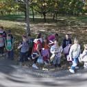 Deca pozirala Google Street View vozilu