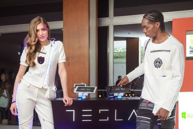 Manekeni u modelima Bate Spasojevića za pultom Tesla tableta