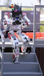 Roboti su morali da budu potpuno samostalni u kretanju – ako padnu, moraju sami da ustanu i nastave sa obavljanjem zadataka